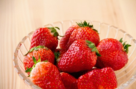いちごはヘタごと食べる人もいる?栄養成分や体に害があるのかチェック!